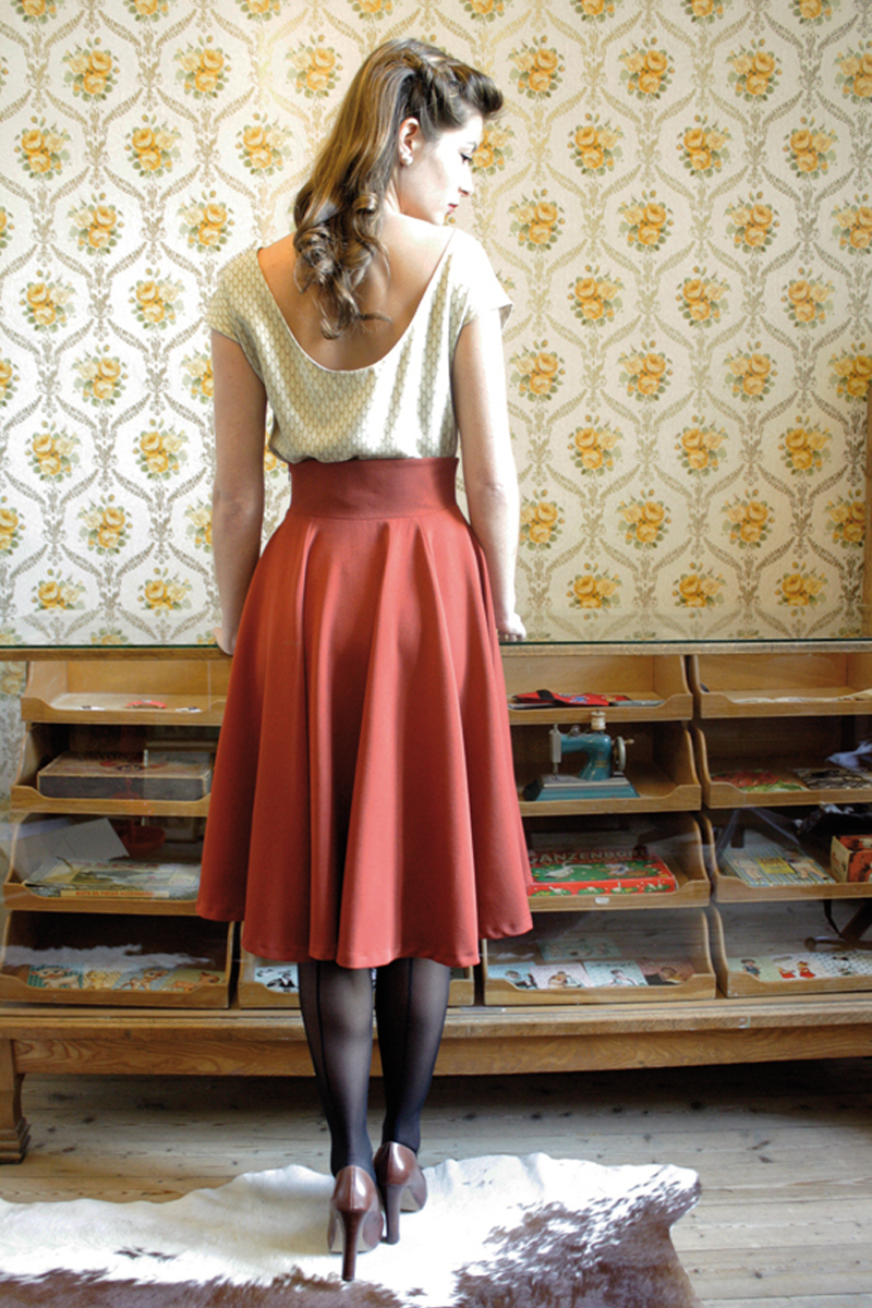 Jenny-skirt-rusty-red+Sylvia-top-light-triangle