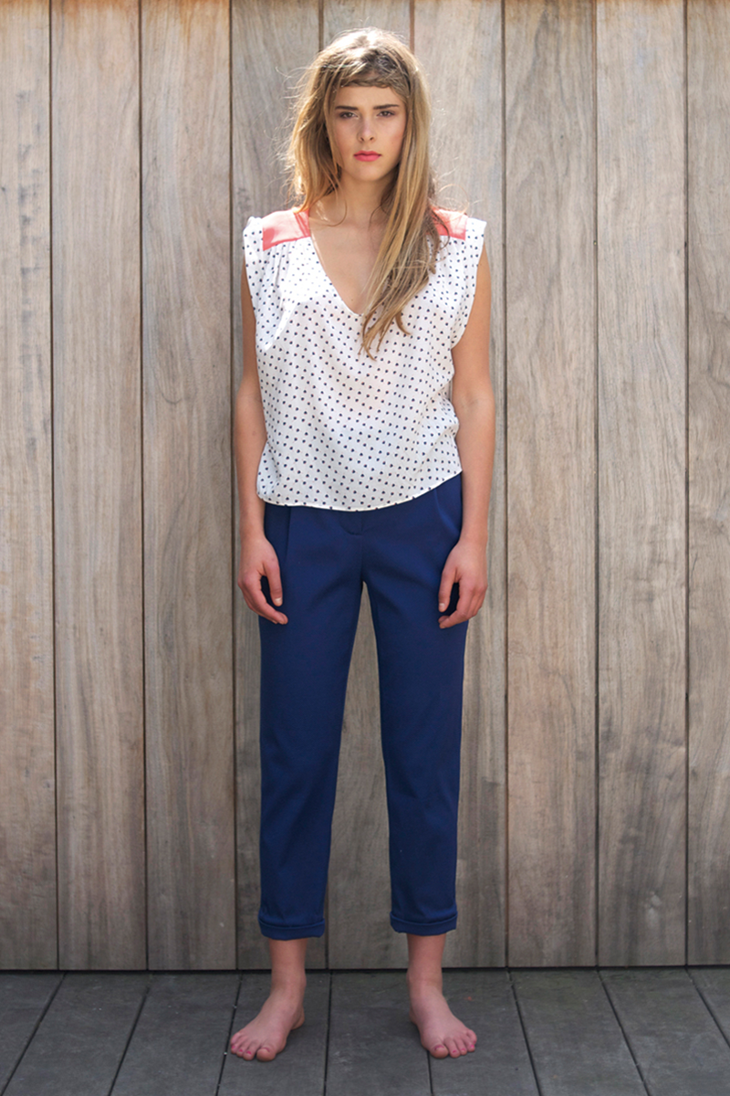Edith-top-coral-flower,-Brigitte-pants-dark-blue